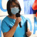 Pielęgniarka szkolna przedstawiająca swoje wytyczne podczas rozpoczęcia roku szkolnego.