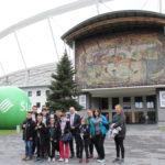 Zdjęcie grupowe ekipy zawodników Oddziału Regionalnego Olimpiady Specjalne Polska Śląskiego przed Stadionem Śląskim.