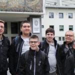 Zdjęcie grupowe ekipy zawodników Klubu Olimpiad Specjalnych Promyk Rybnik przed Stadionem Śląskim.