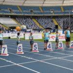 Zawodnicy na lini startu podczas biegu na 50 m.
