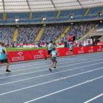 Zawodnicy podczas biegu na 50 m na Stadionie Śląskim.