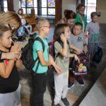 Wizerunek pierwszoklasistów w trakcie błogosławieństwa i święcenia placków.