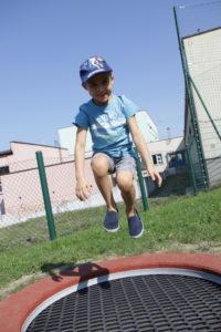 Przedszkolak skaczący na trampolinie.