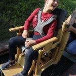Uczennica na trampolinie dla osób poruszających się na wózkach.