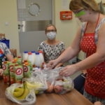 Uczniowie podczas zajęć kulinarnych.