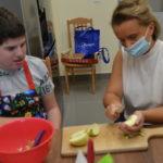 Uczeń z wolontariuszką podczas przygotowania koktajlu.