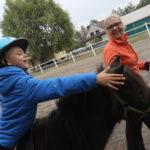 Uczeń podczas ćwiczenia na koniu.