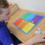 Uczeń podczas gry logopedycznej rozwijającej mowę czynną i bierną.