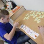 Uczeń podczas ćwiczeń logopedycznych.