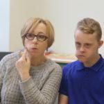 Uczeń wraz z terapeutą podczas ćwiczeń logopedycznych języka.