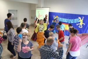 Uczniowie tańczący flamenco.