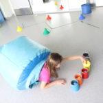 Uczennica podczas ćwiczenia z wykorzystaniem tunelu sensorycznego.