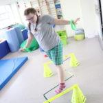 Uczennica podczas ćwiczeń koordynacji i równowagi.