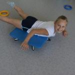 Uczennica ćwicząca na desce rotacyjnej.