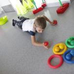 Chłopiec ćwiczący na deskorolce.