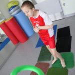 Uczeń podczas aktywności na ścieżce sensorycznej