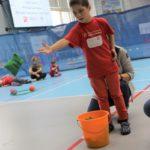 Młody Sportowiec podczas rzutu do celu.