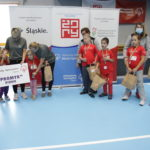 Zdjęcie grupowe ekipy Młodych Sportowców podczas ceremonii medalowej.
