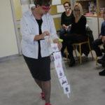Nauczycielka k. I prezentująca plan zajęć podczas jednego z punktów programu uroczystości.