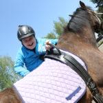 Uczeń wsiadający na konia.