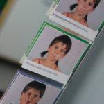 Zdjęcia etykiet wizerunków twarzy prezentujących ćwiczenia logopedyczne.