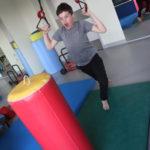 Uczeń podczas aktywności z wykorzystaniem obręczy gimnastycznych.