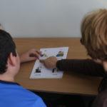 Uczeń podczas nauki czytania.