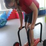 Uczennica podczas aktywności na chodziku koordynacyjnym.