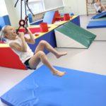 Uczennica podczas ćwiczeń z wykorzystaniem obręczy gimnastycznych.