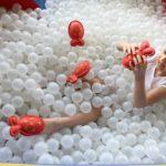 Uczennica w suchym basenie podczas aktywności rozwijającej somatognozję.