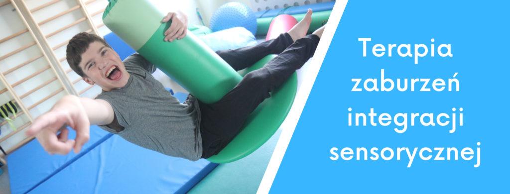 """Uczeń ćwiczący na huśtawce """"grzybek"""" oraz napis Terapia zaburzeń integracji sensorycznej."""