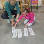 Uczennica podczas układania etykiet dni tygodnia.