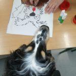 Pies terapeuta oraz praca manualna z wizerunkiem psa.