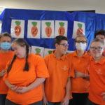 Zdjęcie grupowe uczestników spotkania warz z wolontariuszkami.