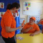 Prowadząca prezentująca uczniowi marchewkę oraz symbol.