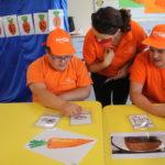 Prowadząca oraz uczniowie podczas rozmowy tematycznej z wykorzystaniem symboli komunikacji wspomagającej.