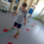 Uczeń podczas ćwiczenia koordynacji i równowagi w pozycji wysokiej.
