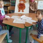 """Przedszkolaki prezentujące pracę plastyczną """"miś""""."""