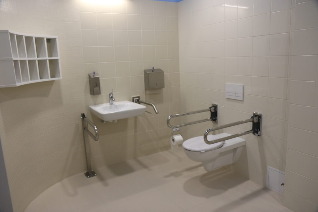Toaleta dla osób niepełnosprawnych.