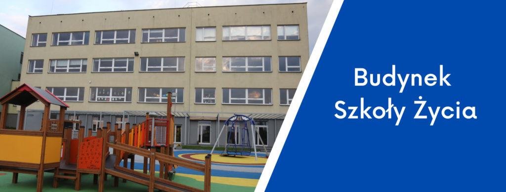 Budynek wraz z fregmentem placu zabaw oraz napis budynek Szkoły Życia.