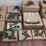 Pięknie ozdobione paczki prezentowe od darczyńcow.