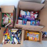 Otwarte paczki wypełnione słodyczami.
