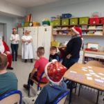 Mikołaj podczas odwiednin w jednym z zespołów klasowych szkoły podstawowej naszego zespołu.