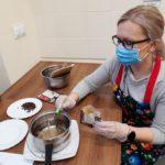 Wolontariuszka podczas robienia świątecznej herbaty.