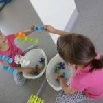 Dziewczynka podczaz aktywności rozwijającej funkcję chwytną z przyssawek.