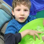 Uczeń dotykający kostek lodu.