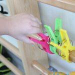 Dłonie podczas przypinania dużego rozmiaru klamerek.