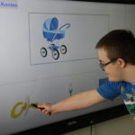 Uczeń wykonujący zadanie na tablicy interaktywnej.
