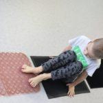 Chłopiec przemieszczający się po ścieżce sensorycznej.