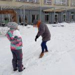 Uczennica podczas zabawy śnieżkami.